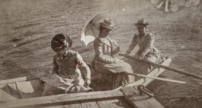 Vanhassa valokuvassa kolme naista lähdössä soutelemaan.