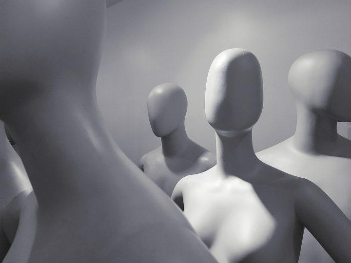 Mustavalkoisessa kuvassa mallinukkeja