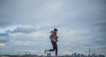 Henkilö juoksee, taustalla avara maisema