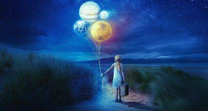 Sinisessä maisemassa hahmo pitää kädessään ilmapalloja jotka näyttävät planeetoilta