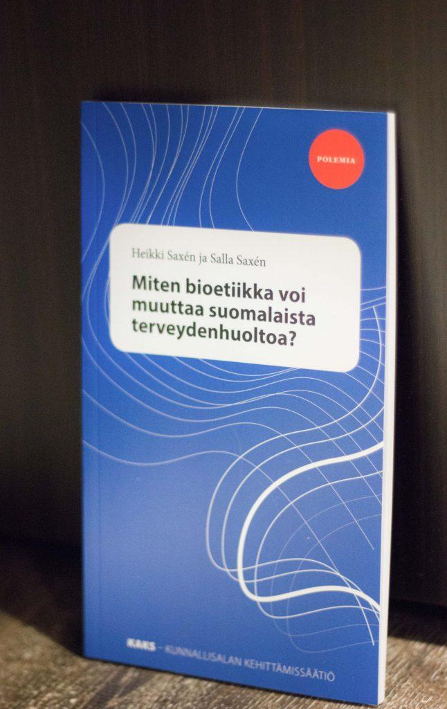 """Heikki Saxén ja Salla Saxén ovat julkaisseet vuonna 2016 teoksen """"Miten bioetiikka voi muuttaa suomalaista terveydenhuoltoa?"""". Tämä polemia on tarkoitettu herättämään pohdintaa terveydenhuollon etiikasta."""