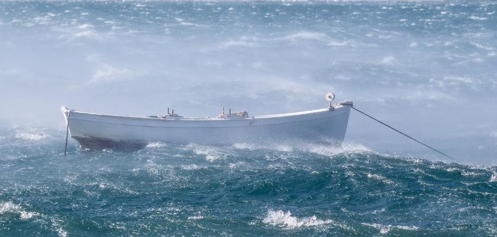 soutuvene tuulisella merellä