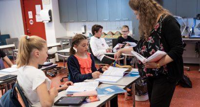 Opettaja luokassa oppilaiden kanssa.