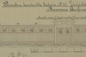 Kukolan portti on uusittu 1980-luvun alussa Arvi Leikarin vuonna 1910 laatiman mallin mukaan. Kerrotaan, että aidan ja portin aurinkokoristelu olisi suomalaisten kannanotto vuosina 1904–1905 käytyyn Venäjän ja Japanin väliseen sotaan. Arvi Leikari´s design from 1910