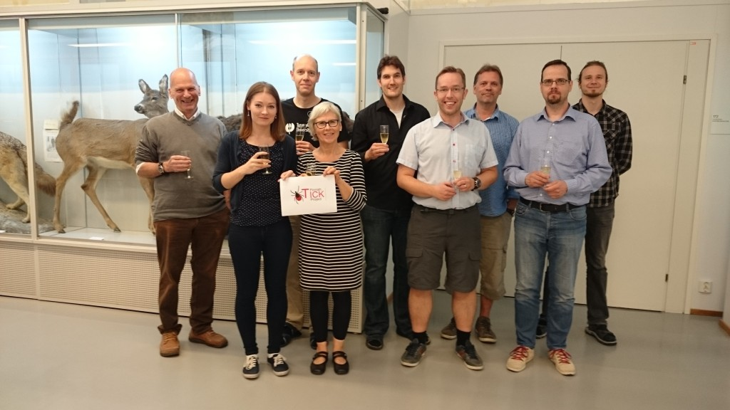 Puutiaisprojektin jäsenet juhlimassa Jane ja Aatos Erkon säätiön apurahaa eläinmuseolla 17.6.2016.