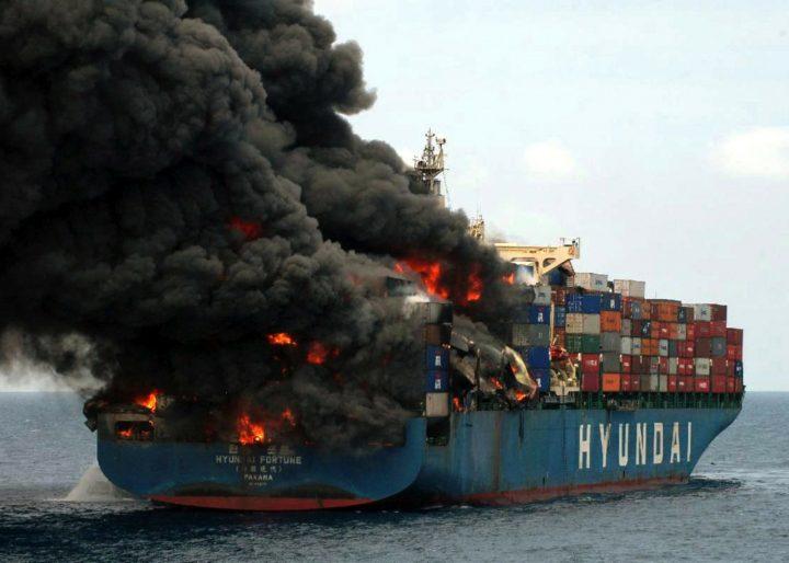 Yemin-alus ja sen palava konttilasti merellä
