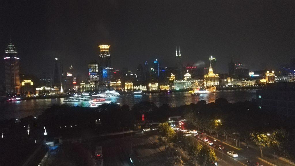 Bund ja Huangpu-joki Pudongilta päin katsottuna. Tähän kaupunkiin tutustumiseen saa kulumaan monta viikkoa.