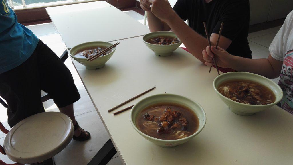 Ensimmäinen ruoka Kiinassa. Tikut olivat hieman solmussa nuudelien kanssa :D