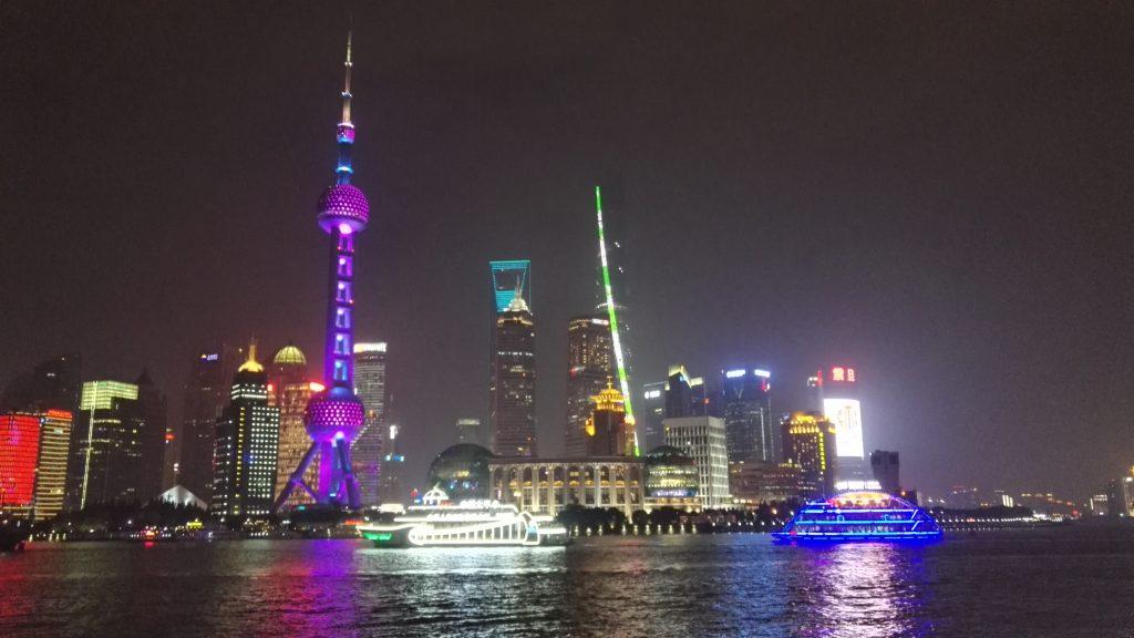 Pimeän tulo päästää Shanghain valot oikeuksiina. Shanghai tower vihreällä valojuovalla on tällä hetkellä maailman toiseksi korkein rakennus.