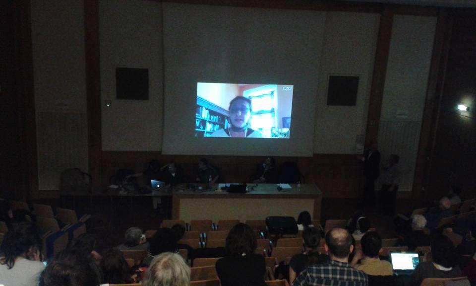 Osanottajat kuuntelevat tarkkaavaisina Istanbulissa työskentelevän tutkijan puhetta Skype-yhteyden kautta.