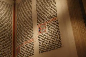 Gutenbergin painetussa Raamatussa on käsin maalatut alkukirjaimet. By jmwk - Flickr: Gutenberg Bible 02, CC BY 2.0, https://commons.wikimedia.org/w/index.php?curid=16341113