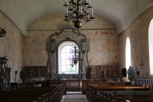 Isonkyrön vanhan kirkon sisätilat ja maalatut seinät. By Htm - Oma teos, CC BY-SA 3.0, https://commons.wikimedia.org/w/index.php?curid=42172712