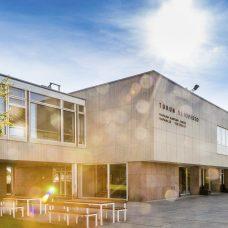 Kuvituskuvassa yliopiston päärakennus aurinkoisena päivänä