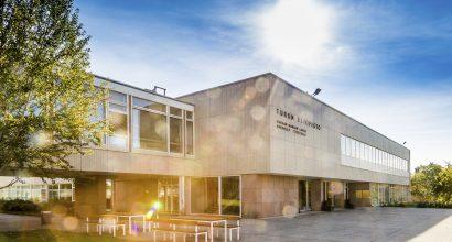Yliopiston päärakennus aurinkoisena päivänä
