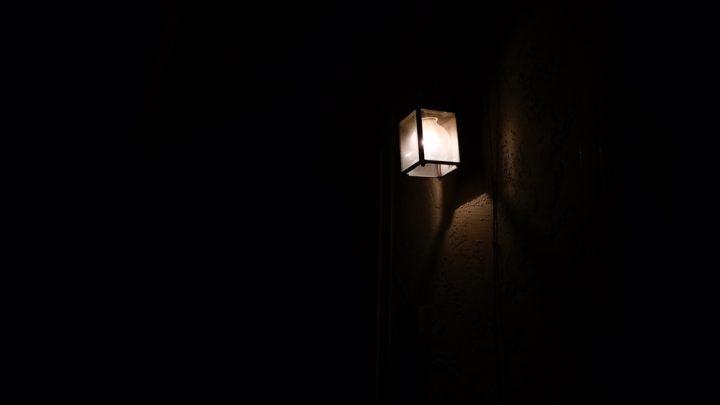 kuvituskuva - lyhtylamppu loistaa pimeässä