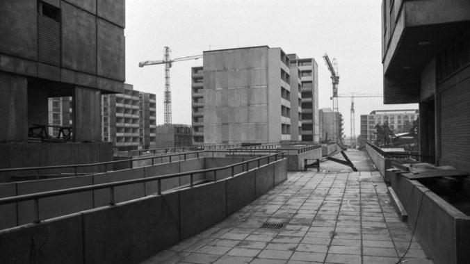 1974 syksy . Rakenteilla olevia betonisia elementtikerrostaloja Itä-Pasilassa.
