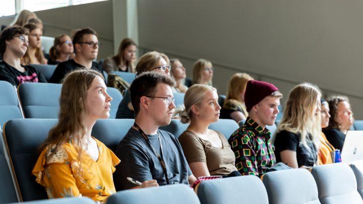Kuvituskuvassa opiskelijoita luentosalissa