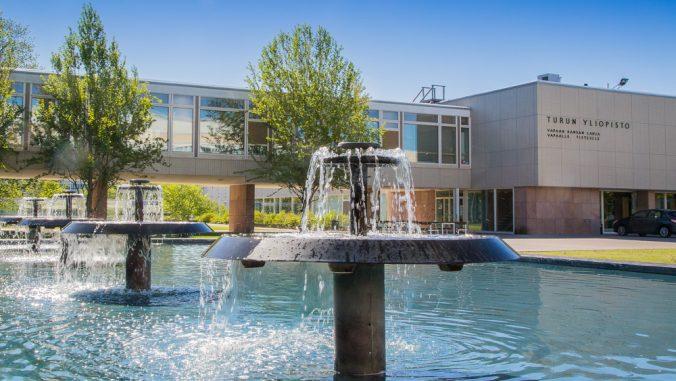 Kuvituskuva Yliopistonmäellä - suihkulähteet päärakennuksen edustalla