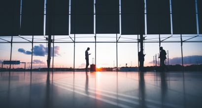 Kuvituskuvassa matkustajia lentokentällä