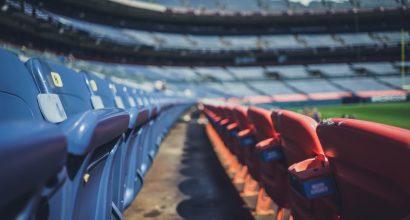 kuvituskuvassa tyhjiä stadionin penkkejä