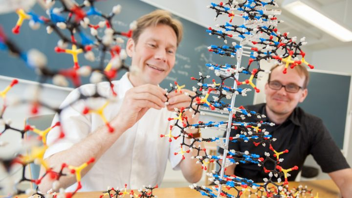 Kaksi kemian tutkijaa rakentamassa kolmeulotteista kemian mallinnusta