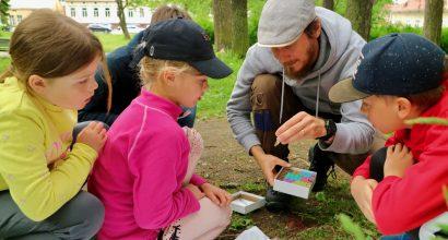 Puutiaistutkiaj Jani Sormunen tarkastelee puutiaisia lasten kanssa