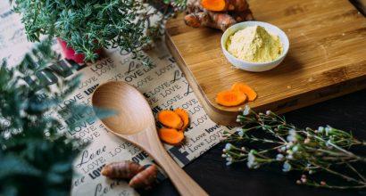 Keittiötarvikkeita, mausteita, kasviksia, leikkuulauta