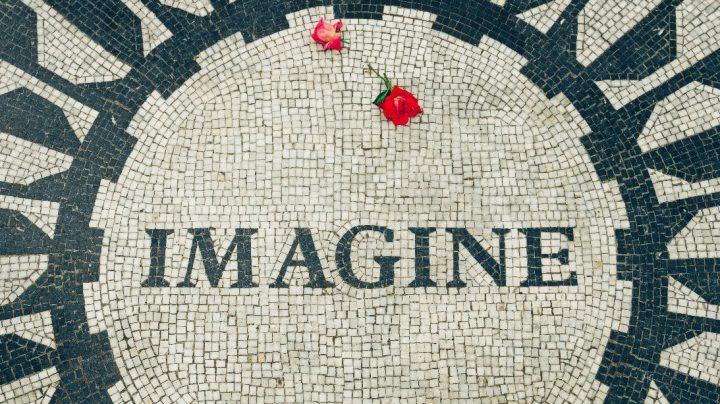 """Kuvituskuvassa mosaiikki, jossa teksti """"Imagine"""" sekä kaksi ruusua"""