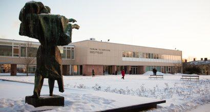 Yliopistonmäki talvella. Genius-patsas ja taustalla Turun yliopiston päärakennus