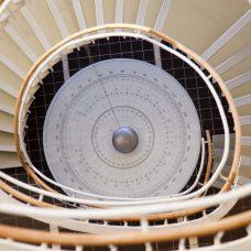 Kierreportailta kuvattu Foucaultn heiluri Quantum-rakennuksessa