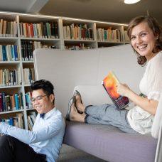 Kaksi jatko-opiskelijaa Turun yliopiston Feeniks-kirjastolla