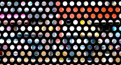 Värikkäitä ympyröitä mustalla pohjalla