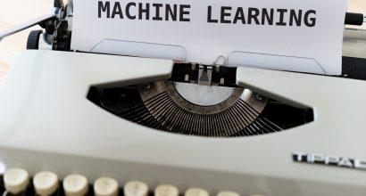 """Kirjoituskone ja paperiarkki jossa lukee """"MACHINE LEARNING"""""""