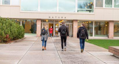 opiskelijoita naturan edustalla