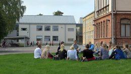 Opiskelijoita ja koululaisia Rauman kampuksella