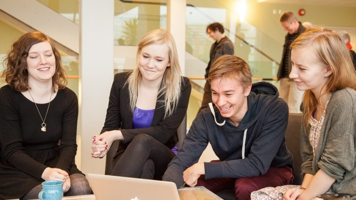 Opiskelijat istuvat Publicumin aulassa.